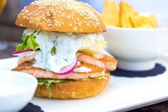 Hamburger saumoné savoureux de poissons photo stock