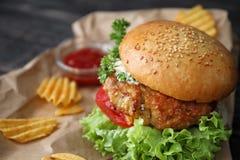 Hamburger savoureux de dinde avec des puces images stock
