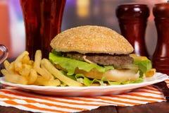 Hamburger savoureux de plat Photographie stock