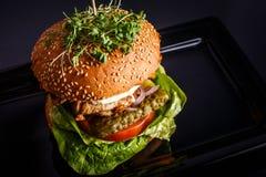 Hamburger savoureux fait maison avec du boeuf, le fromage et les oignons caramélisés image stock