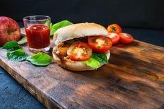 Hamburger savoureux frais sur le fond en bois photo stock