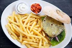 Hamburger servito con le fritture Fotografia Stock Libera da Diritti