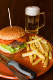 Hamburger smażący piwo i grule obraz stock