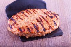 Hamburger sopra il mestolo immagini stock