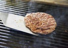 Hamburger sopra la griglia immagini stock libere da diritti