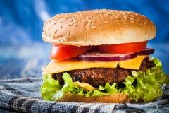 Hamburger su carta Fotografie Stock