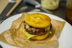 Hamburger su un piatto Fotografie Stock Libere da Diritti