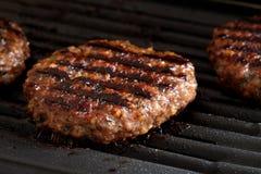 Hamburger su una griglia Immagine Stock Libera da Diritti