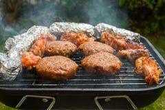 Hamburger su una griglia Fotografie Stock