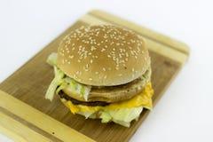 Hamburger su una tavola di spezzettamento immagine stock