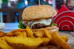 Hamburger succoso con le patate Immagini Stock