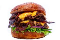 Hamburger succoso del manzo con bacon, formaggio ed insalata fotografie stock