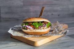 Hamburger succoso molto saporito della carne fotografia stock