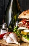 Hamburger sul primo piano rustico della tavola Fotografie Stock Libere da Diritti