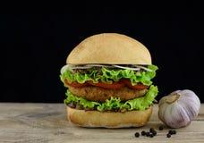 Hamburger sur le conseil en bois Images libres de droits