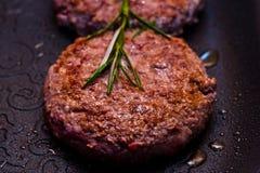 Hamburger sur le gril Image libre de droits
