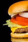 Hamburger sur le noir Photographie stock