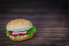 Hamburger sur le plancher en bois Images stock