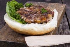 Hamburger sur un petit pain avec de la laitue Image libre de droits