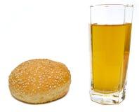 Hamburger ten sok na bielu Zdjęcia Royalty Free