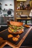 Hamburger tiré délicieux de boeuf image stock