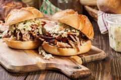 Hamburger tiré fait maison de porc avec de la salade de salade de choux Photographie stock libre de droits