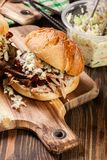 Hamburger tiré fait maison de porc avec de la salade de salade de choux Photo stock