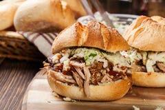 Hamburger tiré fait maison de porc avec de la salade de salade de choux Image stock
