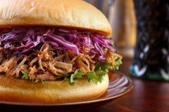 Hamburger tirato della carne di maiale immagini stock