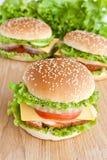 Hamburger trois avec de la viande et des légumes image libre de droits