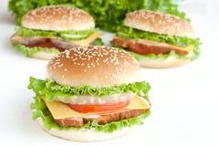 Hamburger trois avec de la viande et des légumes images stock