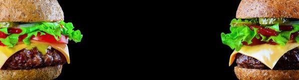 Hamburger ulotka z miejscem dla teksta lub Duży smakowity cheeseburger na czarnym tle z piec na grillu lub hamburger zdjęcie stock