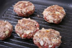 Hamburger in una vaschetta V Fotografie Stock Libere da Diritti