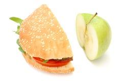 Hamburger und Apfel Stockfotografie