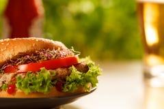 Hamburger und Bier Stockfoto