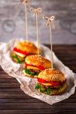 Hamburger und Fische auf einem Holztisch Stockfotos