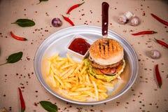 Hamburger und gebratene Kartoffel Stockfotos