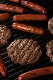 Hamburger und Hotdoge auf dem Grill Stockfotografie