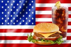 Hamburger und Kolabaum mit USA-Markierungsfahne. Lizenzfreie Stockfotos