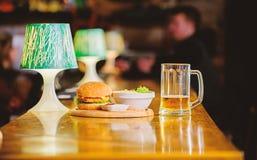 Hamburger und Pommes-Frites und Tomatensauce auf h?lzernem Brett K?stlicher Burger Burger mit K?sefleisch und -salat publikation lizenzfreie stockfotografie