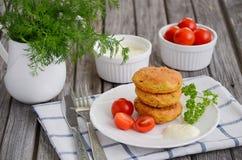 Hamburger végétarien avec des pois chiches du plat blanc Images stock