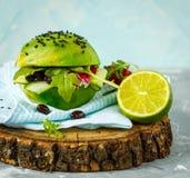 Hamburger végétarien d'avocat avec des haricots noirs et des légumes Photographie stock