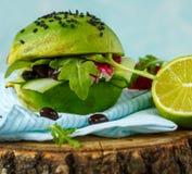 Hamburger végétarien d'avocat avec des haricots noirs et des légumes Images stock