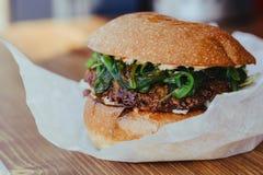 Hamburger v?g?tarien fait maison frais d?licieux de fromage avec des anneaux de salade, de fromage, de tomates, de laitue et d'oi photo stock