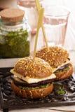 Hamburger vegetariano con formaggio, melanzana ed il pesto fotografia stock