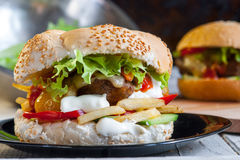Hamburger vegetariano con il seitan - carne del vegano immagini stock libere da diritti