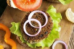 Hamburger vegetariano della lenticchia immagini stock