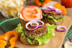 Hamburger vegetariano della lenticchia fotografie stock