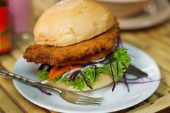 Hamburger vegetariano fatto dalle verdure e dal pangrattato Immagini Stock Libere da Diritti