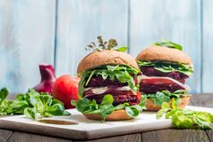Hamburger vegetariano fatto di barbabietola fotografie stock libere da diritti